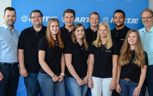 Von links: Dominic Dornbusch (Ausbilder), Maxim Halfinger (30), Vivien Bormann (17), Wilken Siemers (18 ), Annika Weiß (20), Niklas Wittmershaus (18), Mara Brouns (17), Jay Mc Eachern (21), Kathrin Kastendieck (20), Wilhelm Woehler (Ausbilder)